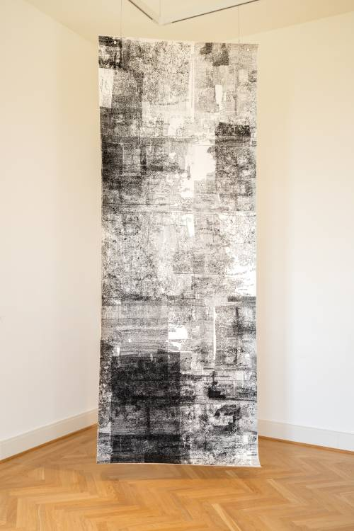 christian-schellenberger-all-city-nrg-2018-siebdruck-auf-papier-400-150-cm-ausstellungsansicht-schloss-biesdorf-hochformat